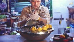 chef de la longueur 4k au restaurant préparant des ingrédients pour faire cuire la truite banque de vidéos