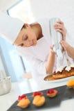 Chef de pâtisserie préparant une tarte image stock