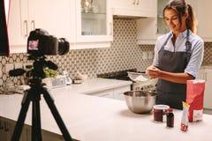 Chef de pâtisserie vlogging dans la cuisine photos libres de droits