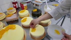 Chef de repostería Decorating Cakes en panadería metrajes