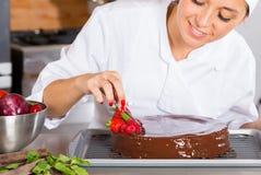 Chef de repostería en la cocina Fotografía de archivo libre de regalías