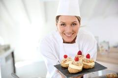 Chef de repostería sonriente con los desiertos foto de archivo libre de regalías