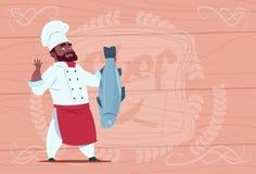 Chef de restaurant de bande dessinée de Hold Fish Smiling de cuisinier de chef d'afro-américain dans l'uniforme blanc au-dessus d illustration libre de droits