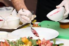 Chef de restaurant servant le paraboloïde Images libres de droits
