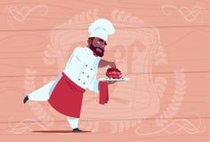 Chef de sourire de bande dessinée de Holding Dessert Dish de cuisinier de chef d'afro-américain dans l'uniforme blanc de restaura Photo stock