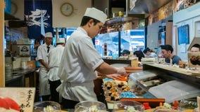 Chef de sushi faisant des sushi dans le restaurant à Tokyo, Japon photo libre de droits