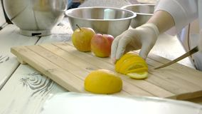 Chef in den Handschuhen, die Zitrone schneiden stock video