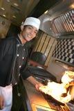 Chef, der Abendessen kocht Stockbild