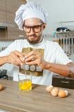 Chef, der auf Küche kocht Lizenzfreies Stockfoto