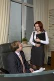 Chef, der auf Stuhl sitzt Stockfotos