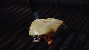 Chef, der Burger macht Koch schmilzt Käse auf einem Burger Koch benutzt eine Lötlampe, um Käse auf einem Fleischkotelett zu schme stock footage