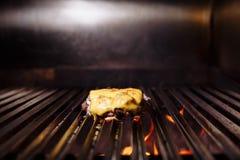 Chef, der Burger macht Kochen des Hamburgers Rindfleisch- oder Schweinefleischkotelett mit dem Käse, der auf Gitter grillt stockfotografie
