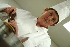 Chef, der in der Küche kocht Stockbild