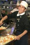 Chef, der in der Küche kocht   Stockbilder
