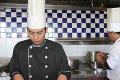 Chef, der in der Küche kocht Lizenzfreies Stockfoto