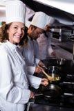 Chef, der Ei in der Küche zubereitet Stockfoto