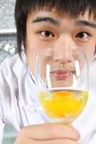 Chef, der ein Glas des Eies zeigt Stockbild