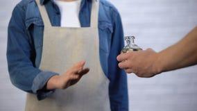 Chef, der Frittieröl im Kochen, in den Transfetten und im kalorienreichen Nahrungsmittelkonzept ablehnt stock footage