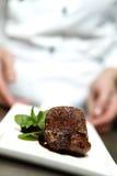 Chef in der Gaststätte bietet Nachtisch an Lizenzfreie Stockfotos
