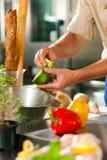Chef, der Gemüse vorbereitet Stockfotografie