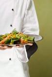 Chef, der gesundes Geflügelsalatdarstellt Stockfoto