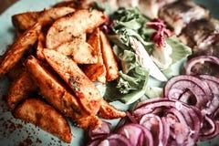 Chef, der ihre Platte beenden und fast servierfertiges am Tisch Nur Hände Schließlich Tellerbehandlung: Steakfleisch, Fisch Stockfotografie