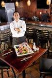 Chef der japanischen Gaststätte, der Sushimehrlagenplatte darstellt Lizenzfreie Stockbilder