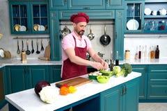 Chef, der an der Küche kocht Der Mann auf Küche frischen vegetarischen Frühstück Kerl kochend bereitet Salat mit grünem Gemüse zu lizenzfreie stockfotografie