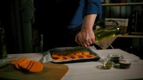 Chef, der Kürbisgericht kocht Chef, der gebackenes Gemüse praparing ist Kürbisbackform stock video
