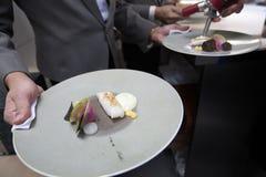 Chef, der Lebensmittel mit Fischen für Abendessen im Restaurant kocht Lizenzfreies Stockfoto