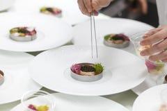Chef, der Lebensmittel mit Kaviar und Garnele für Abendessen kocht Stockfoto