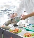 Chef, der Nahrung zubereitet Stockfotos