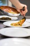 Chef, der oben italienische Ravioliteigwaren dient Lizenzfreie Stockbilder