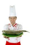 Chef, der rohe Fische auf einer grünen Platte anhält Stockbilder