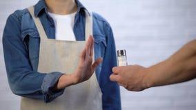 Chef, der Salz beim Kochen, gesunde Nahrung, zum von Herzkrankheit zu verhindern ablehnt stock footage