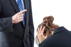 Chef, der seinen Angestellten bedroht Lizenzfreie Stockfotografie