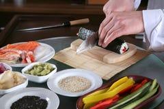 Chef, der Sushi-6 vorbereitet Stockfotos