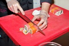 Chef, der Sushi zubereitet lizenzfreies stockfoto