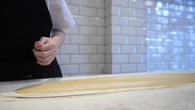 Chef, der Teig für Teigwaren zubereitet stock footage