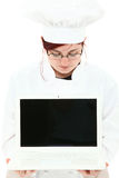 Chef in der Uniform mit unbelegter Bildschirm-Laptop Stockbild