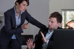 Chef, der zu ihrem Angestellten droht Stockfoto