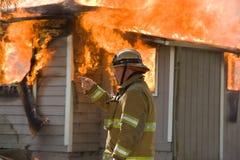 Chef des pompiers à l'incendie de structure image stock
