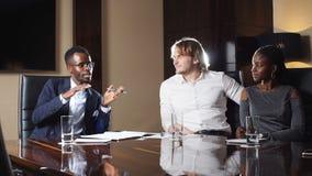 Chef- Discussing Figures With Zijn Multi-etnisch Professioneel Team stock video