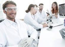Chef du projet scientifique et équipe de recherche sur le lieu de travail Photo stock