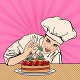 Chef féminin attirant Decorating Delicious Cake avec des fraises Art de bruit Photos stock