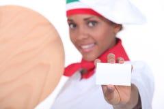 Chef féminin de pizza Photographie stock libre de droits