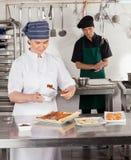 Chef féminin Preparing Sweet Food Photographie stock libre de droits