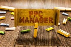 Chef för Ppc för ordhandstiltext Affärsidéen, som annonsörer betalar för avgift varje gång en av deras annonser, är klickad klädn arkivfoto