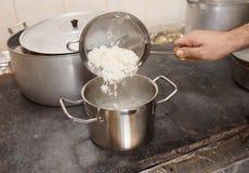 Chef fügt Reis im Teller hinzu Lizenzfreie Stockfotografie