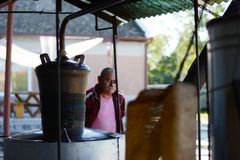 Chef für die Herstellung des Weinbrands mit seiner Maschine Stockfotografie
